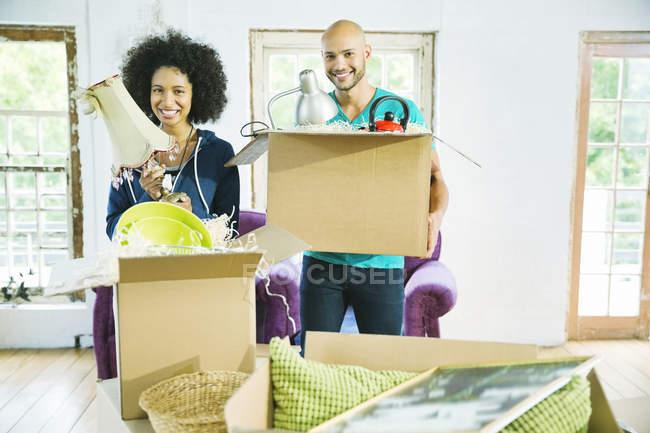 Coppia scatole di disimballaggio in nuova casa — Foto stock