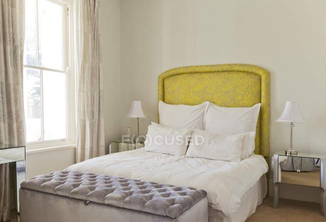 Letto in camera da letto di lusso durante il giorno — Foto stock