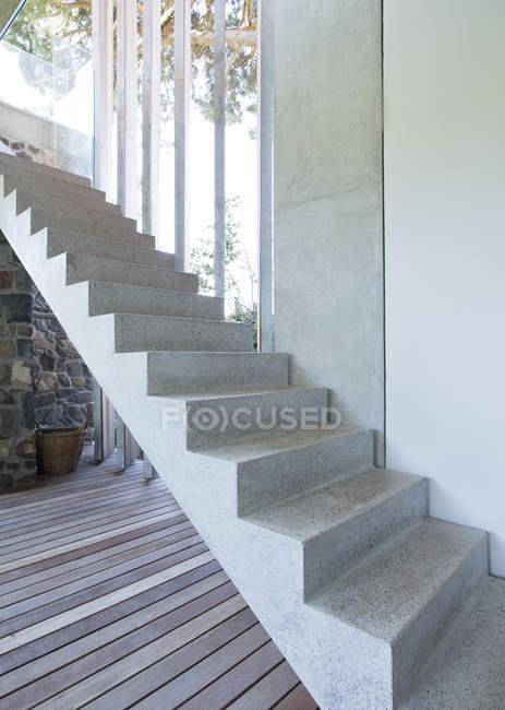 Schritte des modernen Hauses tagsüber — Stockfoto