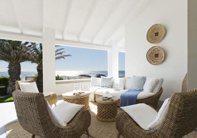 Sofá de vime e cadeiras no pátio de luxo — Fotografia de Stock