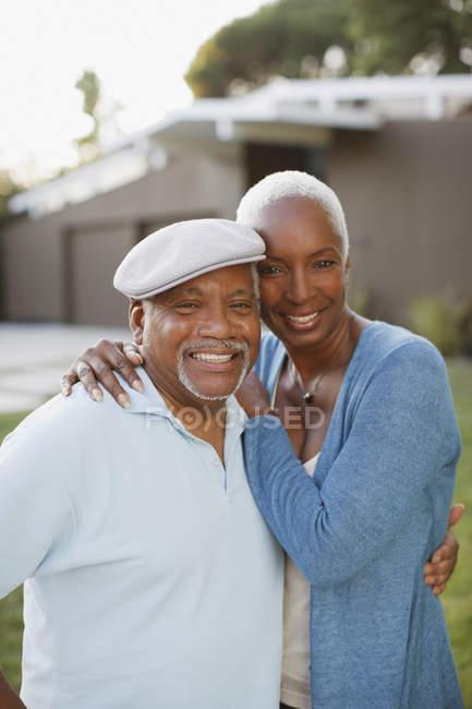 Älteres Paar lächelt gemeinsam im Freien — Stockfoto