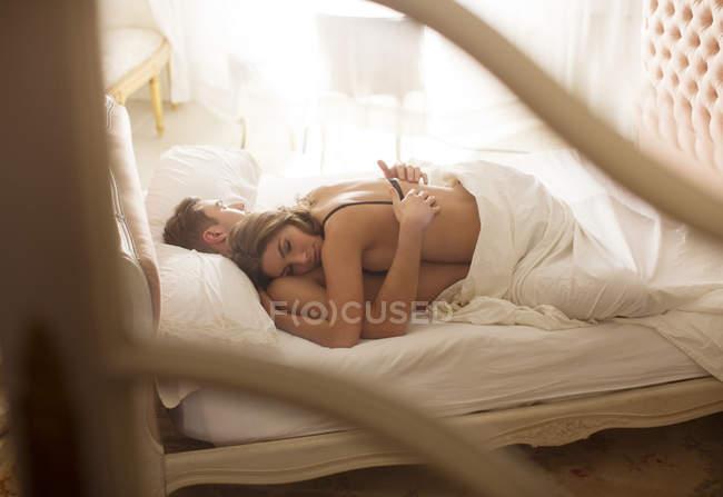 Молодая пара привлекательным, спать вместе в постели — стоковое фото