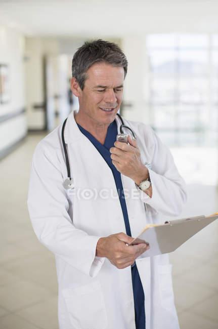 Doutor falando em dictaphone — Fotografia de Stock