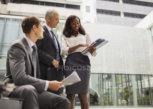 Geschäftsleute schauen sich Dokumente im Bürogebäude an — Stockfoto