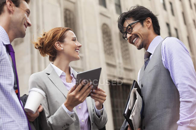 Business people talking on city street — Stock Photo