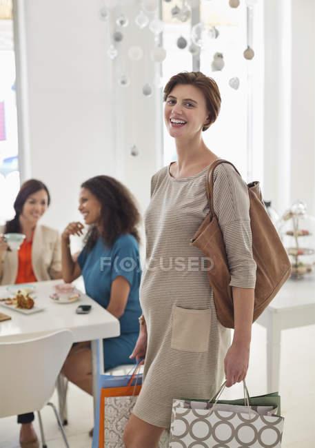 Mujer embarazada de compras en la tienda - foto de stock