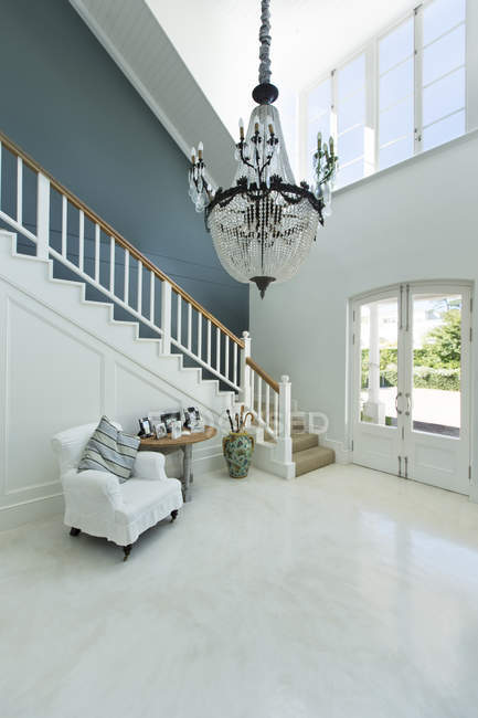 Chandelier hanging over elegant foyer — Stock Photo