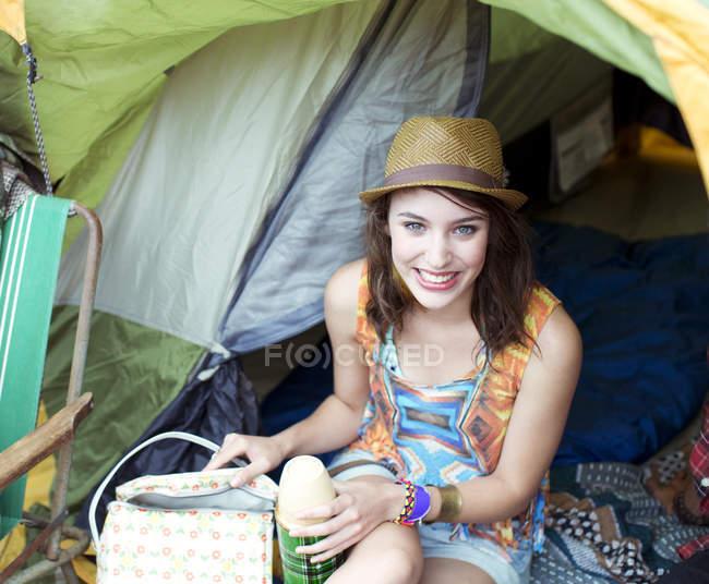 Porträt einer lächelnden Frau im Zelt bei Musikfestival — Stockfoto