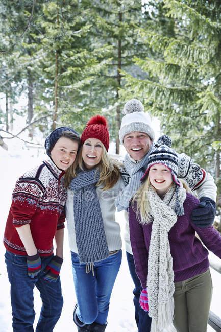 Glückliche kaukasische Familie spielt gemeinsam im Schnee — Stockfoto