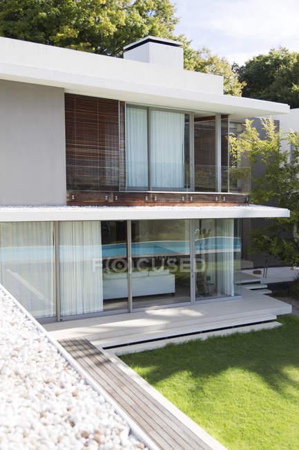 Casa moderna all'aperto durante il giorno — Foto stock