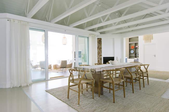 Стол в роскошной столовой в помещении — стоковое фото