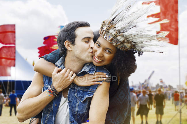 Couple kissing at music festival — Stockfoto