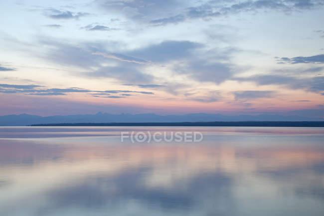 Alba riflessa in acqua tranquilla del lago — Foto stock