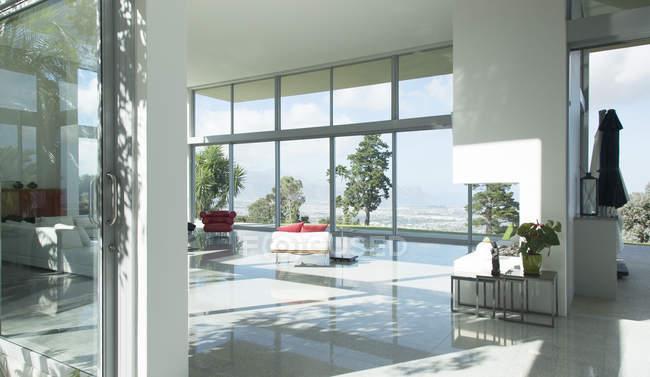 Sofá e lareira na moderna sala de estar — Fotografia de Stock