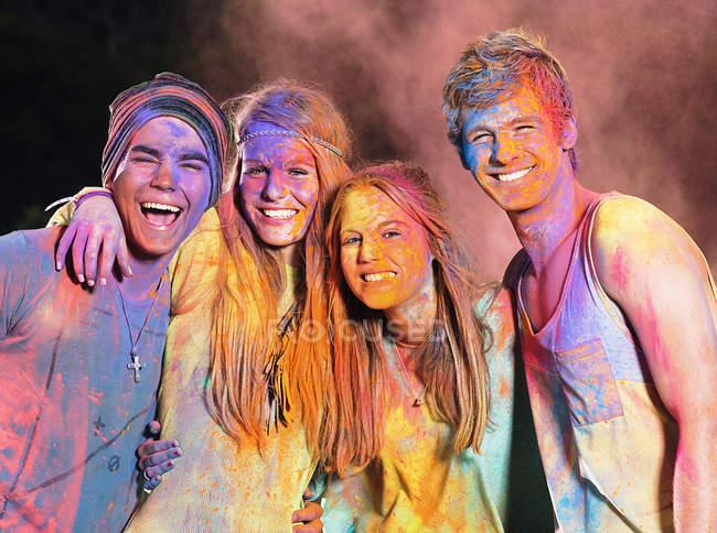 Retrato de amigos cobertos de tinta de giz no festival de música — Fotografia de Stock