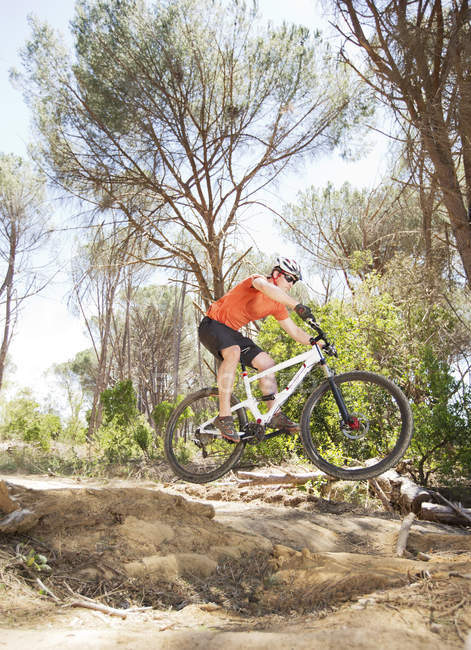 Side view of mountain biker on dirt path — Stock Photo