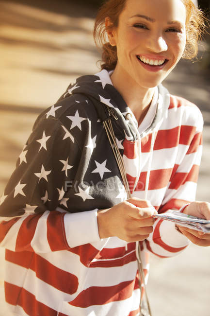 Donna che indossa una felpa con bandiera americana — Foto stock