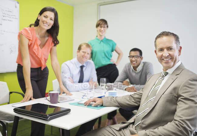 Les gens d'affaires souriant dans la réunion au bureau moderne — Photo de stock