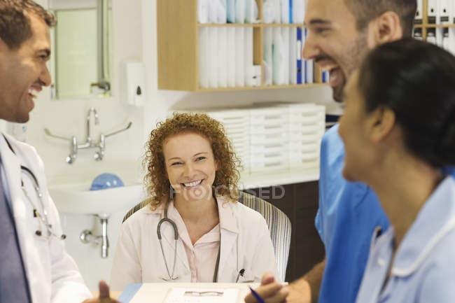 Personal del hospital hablar en escritorio - foto de stock
