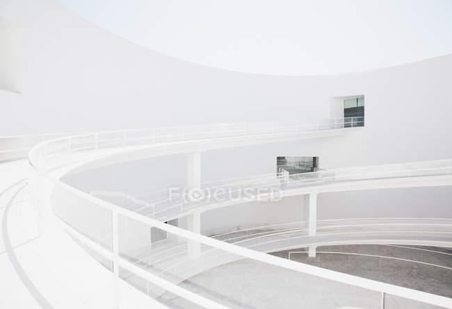 Curving elevated walkway in modern courtyard — Stock Photo