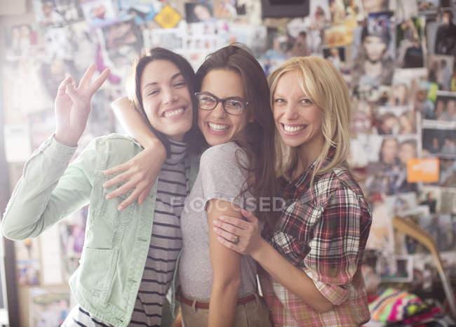 Улыбающиеся женщины позируют вместе — стоковое фото