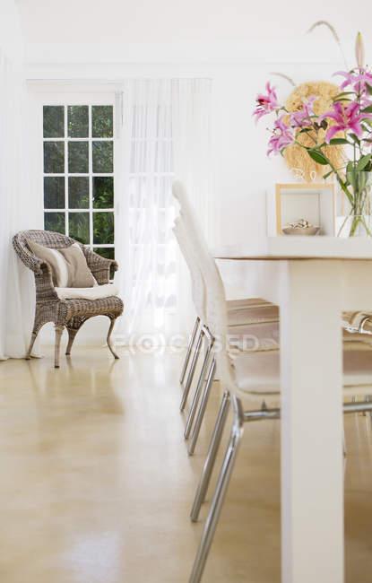 Stühle am Tisch im Esszimmer — Stockfoto