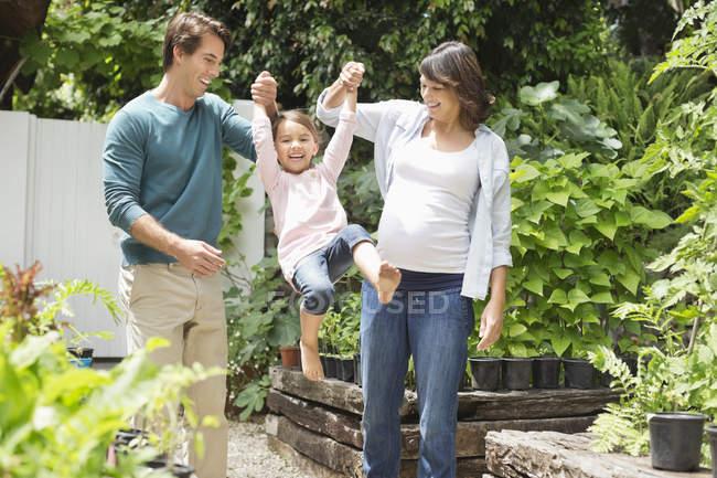 Familia caminando juntos al aire libre - foto de stock