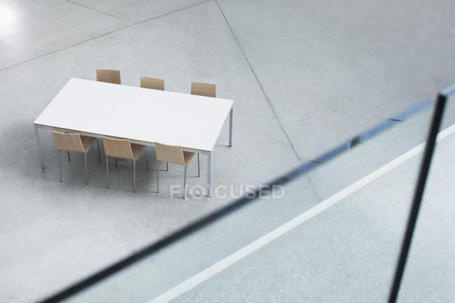 Table et chaises dans Hall vide — Photo de stock