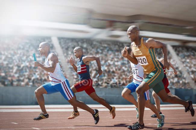 Staffelläufer racing auf dem richtigen Weg — Stockfoto