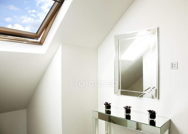 Spiegel und Tisch im Dachzimmer — Stockfoto