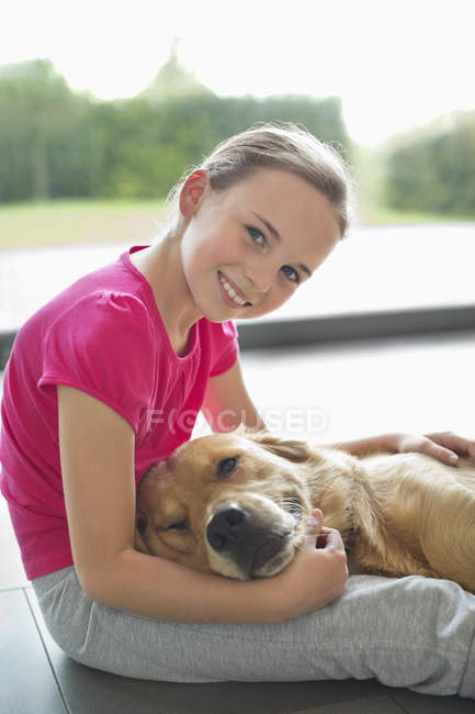 Ragazza rilassante con cane sul pavimento a casa moderna — Foto stock