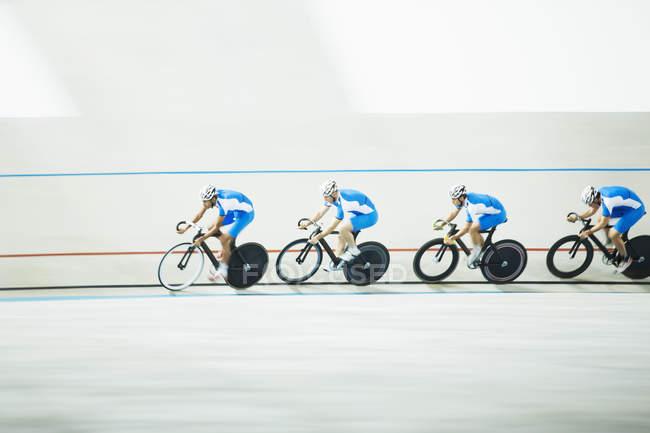 Ciclistas de carreras alrededor de Velódromo - foto de stock
