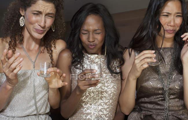 Frauen, die Schüsse Getränke auf party — Stockfoto