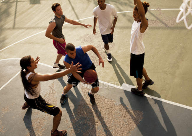 Сверху вид мужчин, играющих в баскетбол на площадке — стоковое фото