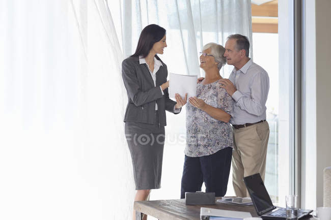 Consulente finanziario che parla con la coppia in carica — Foto stock