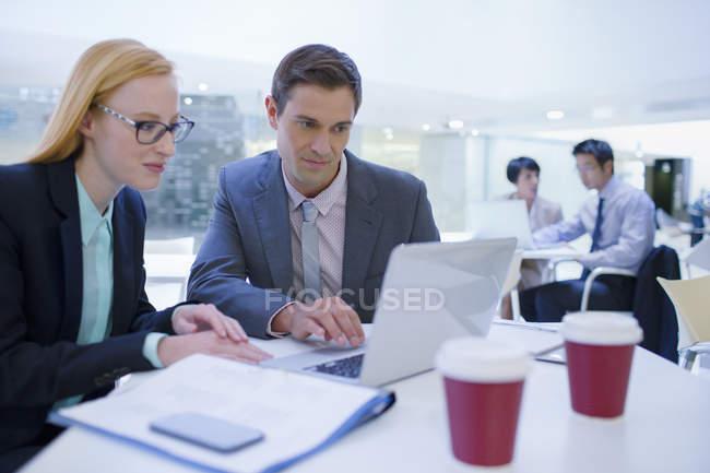 Pessoas de negócios, trabalhando em laptops na mesa — Fotografia de Stock