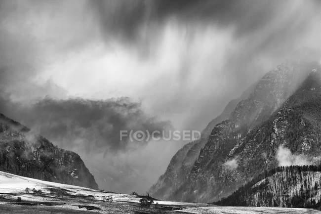 Nubes sobre el paisaje rural nevado - foto de stock