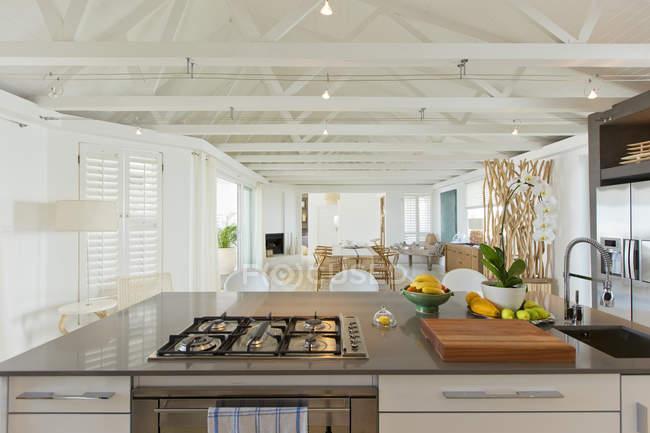 Cozinha de luxo e sala de jantar — Fotografia de Stock