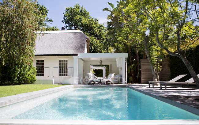 Cadeiras de gramado e piscina no quintal — Fotografia de Stock
