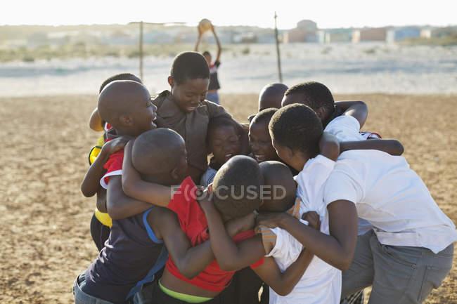 Африканские мальчики собрались вместе в грязи — стоковое фото