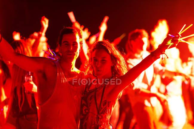 Портрет пара палками свечение, танцы на фестивале музыки — стоковое фото