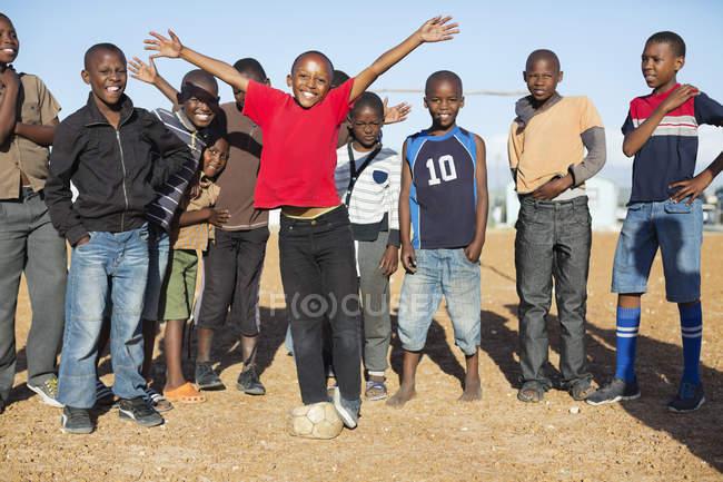 Африканские мальчики аплодируют вместе в грязи — стоковое фото