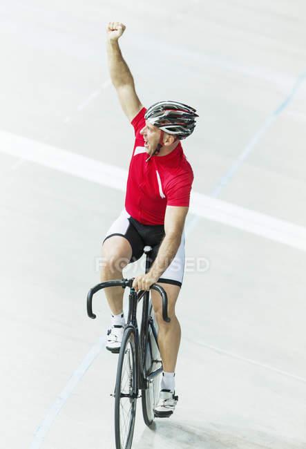 Ciclista de pista en el Velódromo - foto de stock