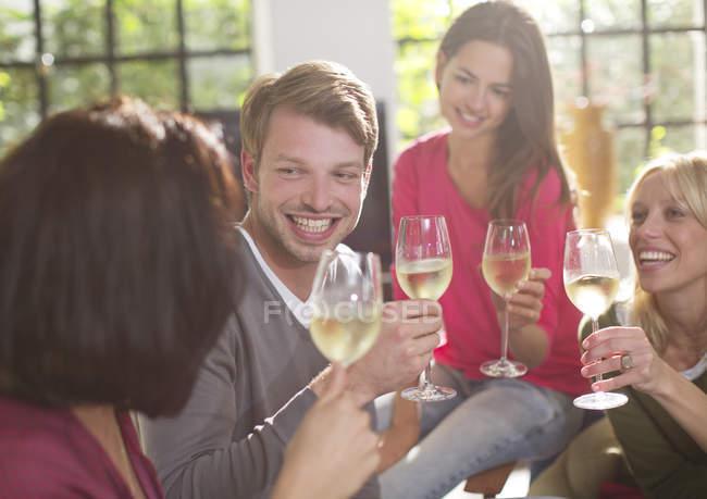 Друзья пьют вино друг за друга — стоковое фото