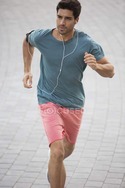 Man running through city streets — Stock Photo