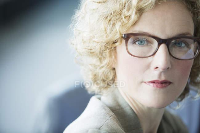 Primo piano di faccia di donna d'affari a ufficio moderno — Foto stock