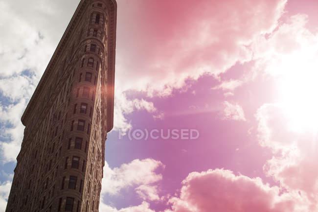 Vue à angle bas du bâtiment en flatiron, hauteur élevée — Photo de stock