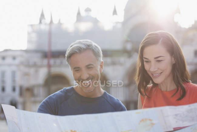 Усміхнене пара, дивлячись на карту у Венеції — стокове фото
