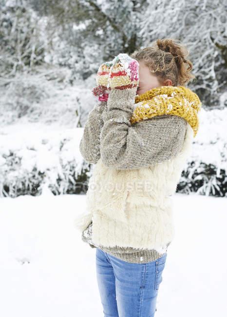 Кавказская счастливая девушка играет на снегу — стоковое фото