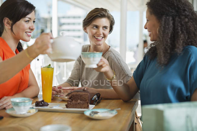 Donne che mangiano caffè e torta insieme — Foto stock